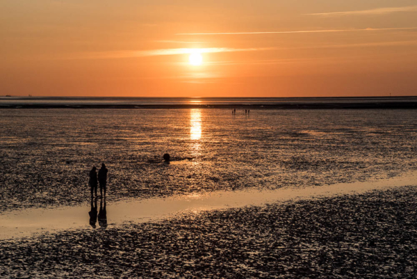die Sonne sinkt Richtung Meer, erhellt die Landschaft aber noch in orange