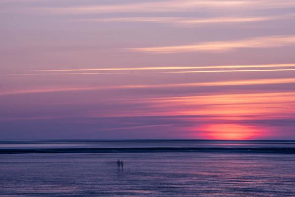 Lichtstimmung in blau-rot nach Sonnenuntergang am Meer